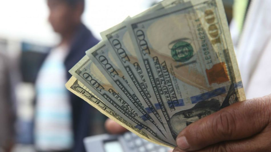 Fuerte baja del blue y el dólar bolsa