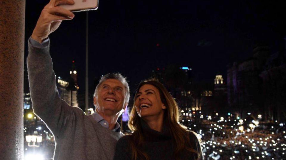 La selfie de Mauricio Macri y Juliana Awada en el balcón de Casa Rosada.