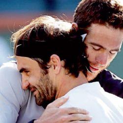 abrazo. Federer y Delpo amigos. El suizo se mostro muy triste por la lesión del argentino este año.    Foto:Afp