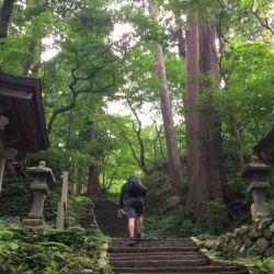 """El monte Haguro, el monte Gassan y el monte Yudono conforman Dewa Sanzan o """"las tres montañas sagradas de Dewa"""