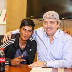 VIRAL El gesto solidario de Alberto Fernández con el chico discriminado