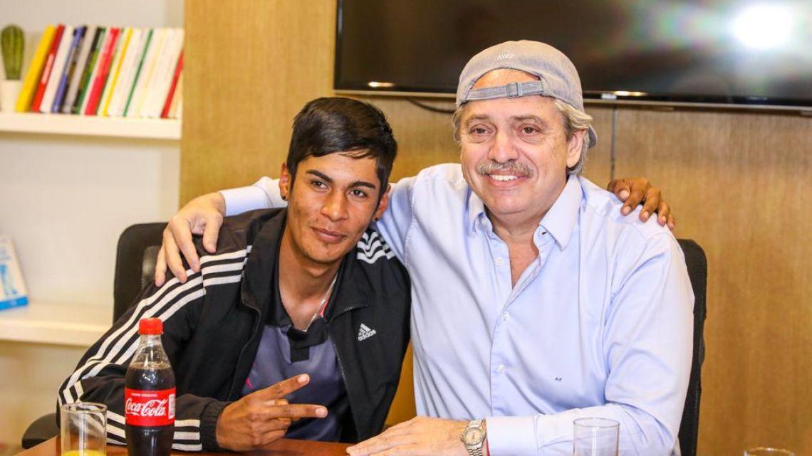 Alberto Fernández con Brian Gallo.   Foto:Twitter.