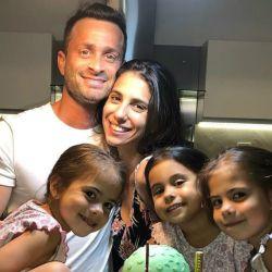 Martin Baclini junto a Cinthia Fernández y sus hijas