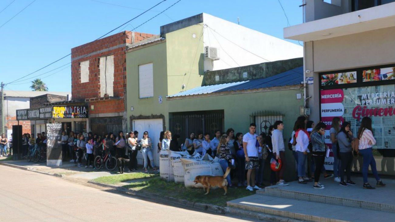 300 personas aguardan para presentarse para dos puestos de trabajo disponibles en una mercería