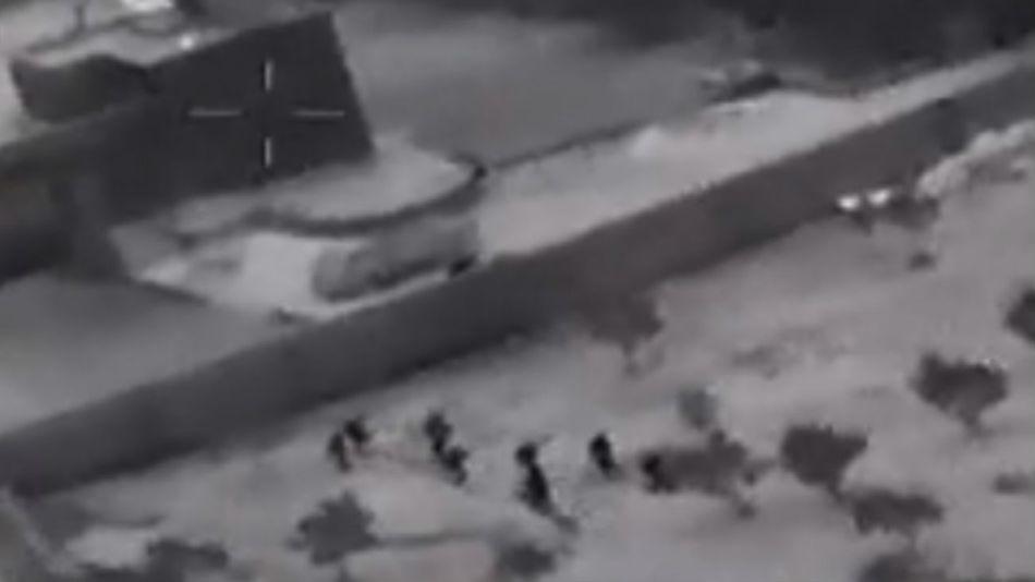 Difundieron imágenes granuladas en blanco y negro de los soldados de las fuerzas especiales estadounidenses cuando se acercan al escondite del líder del EI.