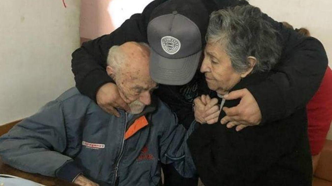 Hugo e Hilda junto a Juan Pablo Rodríguez, de la Fundación Un Tatuaje por una sonrisa. El hombre, conmovido por la historia de los abuelos, había ido hasta el hogar a visitarlos.