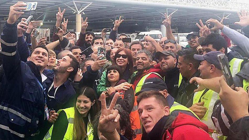 20190211_cristina_cfk_aeropuerto_selfie_twitter_g.jpg