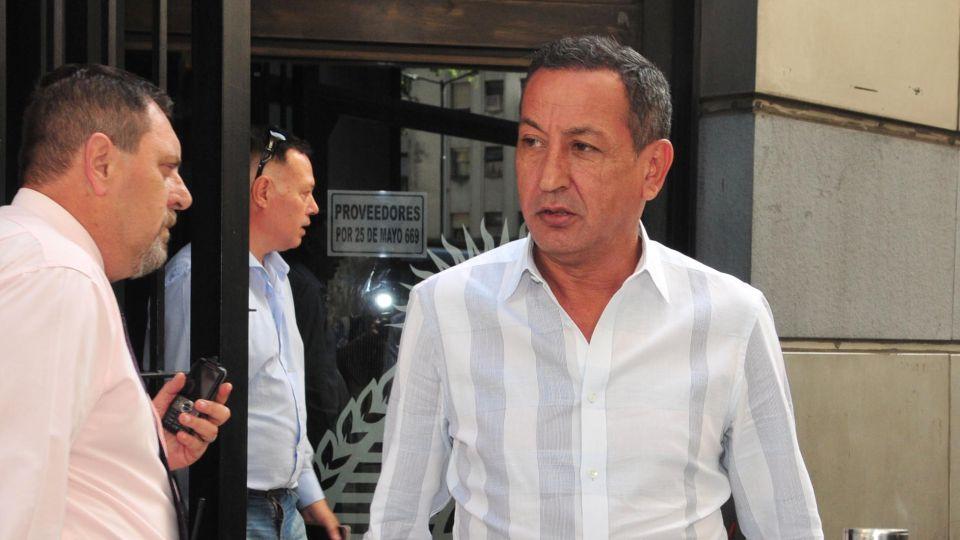 El sindicalista Omar Maturano se retira de una reunión en el ministerio de Trabajo.