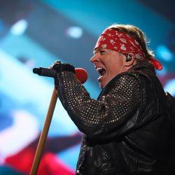 VIDEO  La durísima caída de Axl Rose en pleno show de los Guns 'n Roses