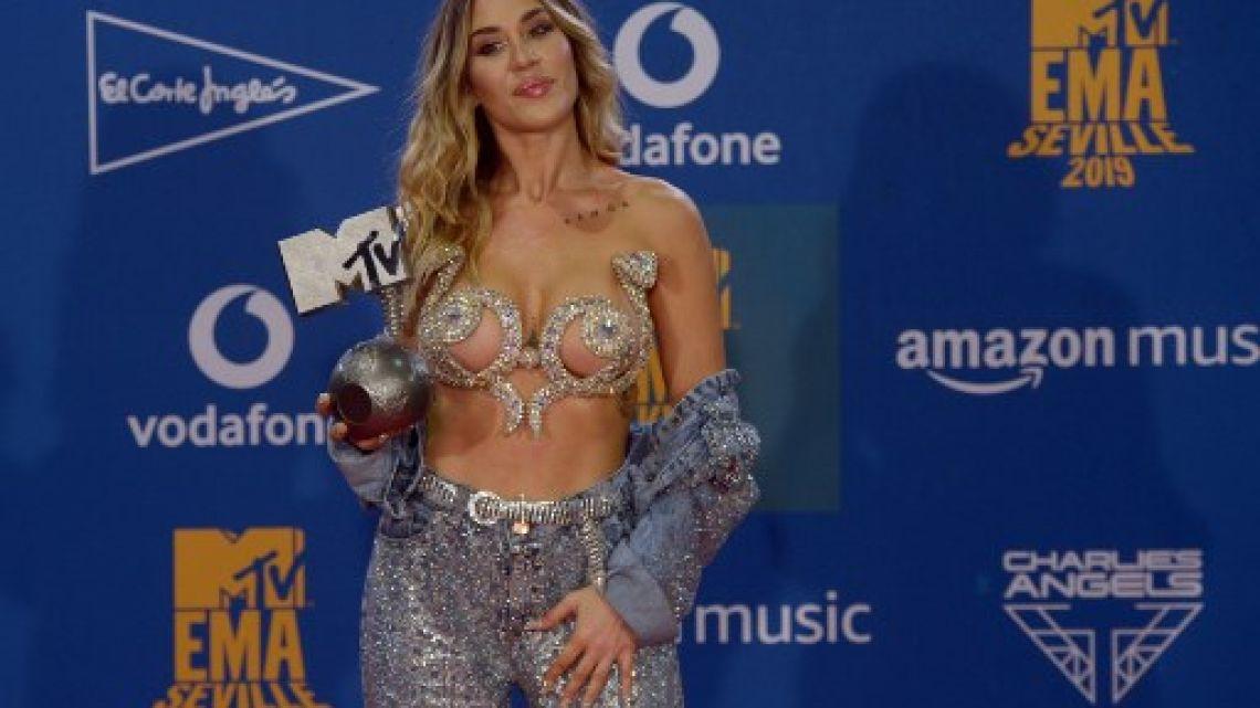 Jimena Barón conquistó Europa con un premio MTV y un osado look