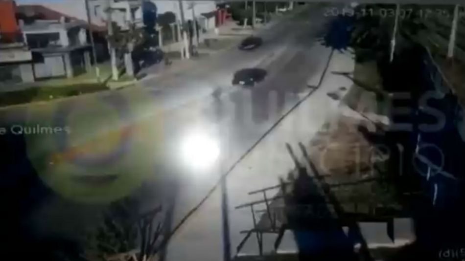 El auto perdió el control y se estampó contra una palmera.