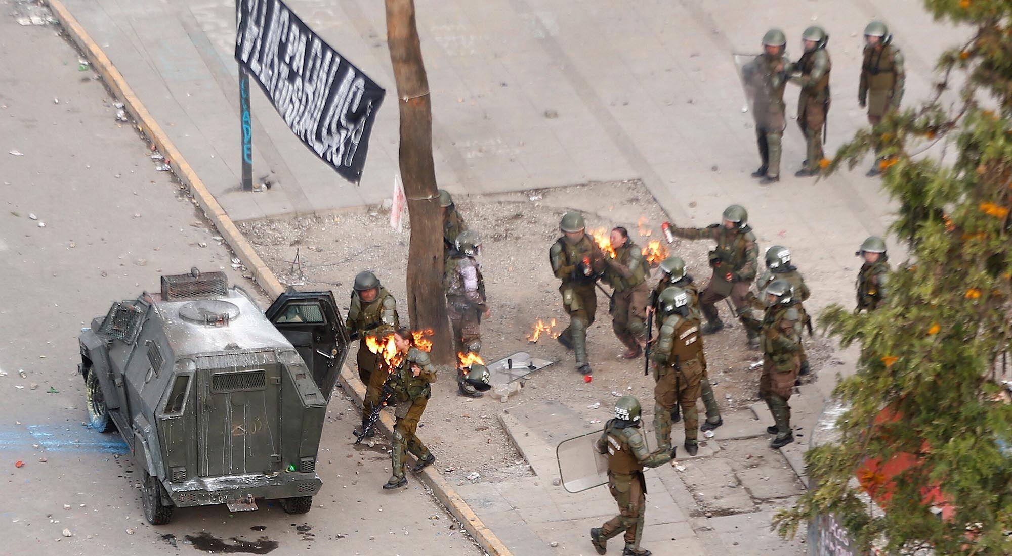 Chile: atacaron con bombas molotov a dos mujeres policías durante las protestas