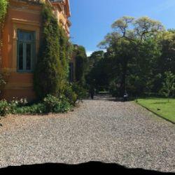 Vista panorámica de Villa Ocampo desde los jardines.