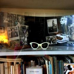 Los icónicos lentes de Victoria Ocampo, originales, descansan en la biblioteca, resguardados de las manos curiosas.