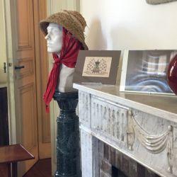 La propia Victoria Ocampo intervino su busto agregándole sombrero, pañuelo y sus lentes (que luego se resguardaron en la biblioteca) porque decía que el mármol era frío y quería darle vida con el color.