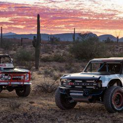 El Ford Bronco ganador de la Baja 1000 en 1959 junto al nuevo Bronco R.