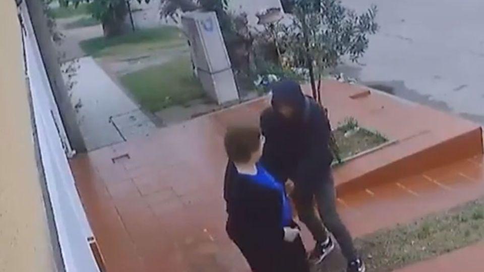 El joven de 17 años asaltó a una mujer en la calle a plena luz del día.