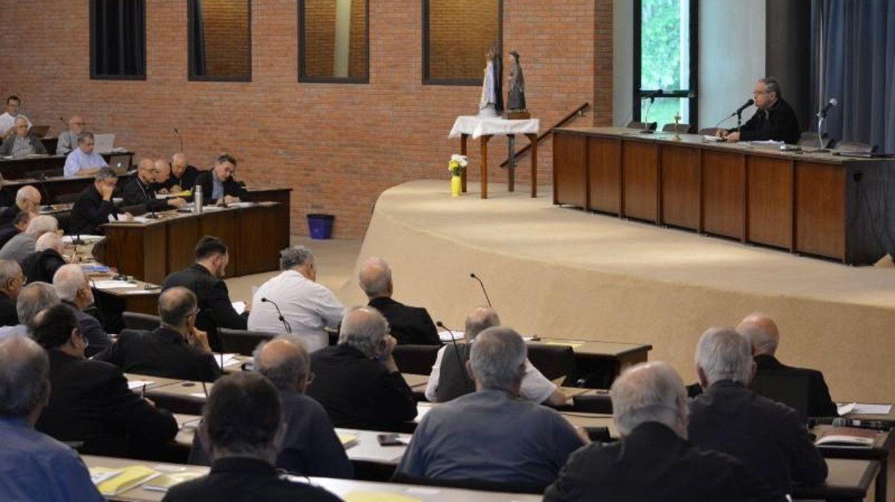 """Por el coronavirus, la Iglesia suspende el """"beso de la paz"""" y dar la comunión en la boca"""