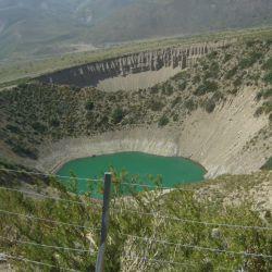 Una pared delgada separa ambos espejos de agua, de 21 metros de profundidad, con diámetros de 270 y 300 metros.
