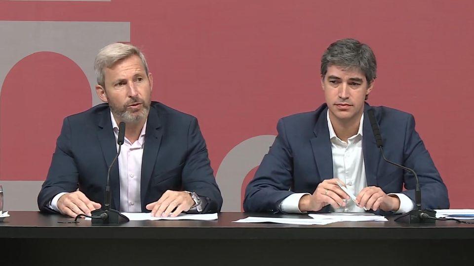 El ministro Rogelio Frigerio y Adrián Pérez en conferencia de prensa.