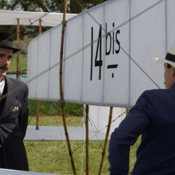 El 23 de octubre de 1906, Alberto Santos Dumont consiguió realizar en París un vuelo autónomo de siete segundos a bordo de su aeroplano 14 bis.