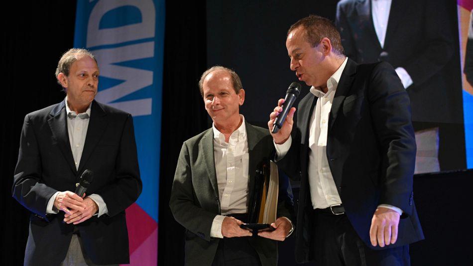 Diego Dillenberger; Philip Pérez, el titular de la Cámara Argentina de Anunciantes, y Martín Etchevers, presidente de Adepa.