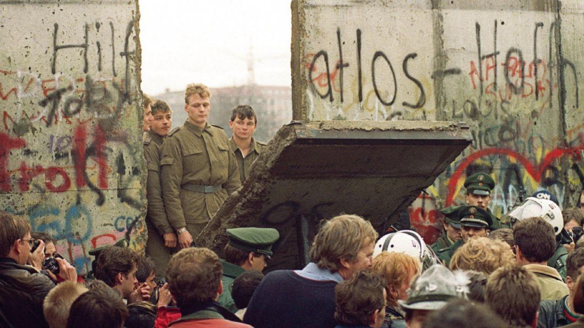 9 de noviembre. La confusa declaración  de un funcionario precipitó el proceso  de derribamiento del Muro. Los soldados que lo custodiaban no supieron cómo contener el impulso de la gente. | Foto:cedoc