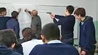 Viral. Video donde un alumno apunta con un arma al profesor.