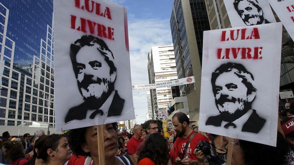 Manifestantes dan señales de apoyo a Lula.