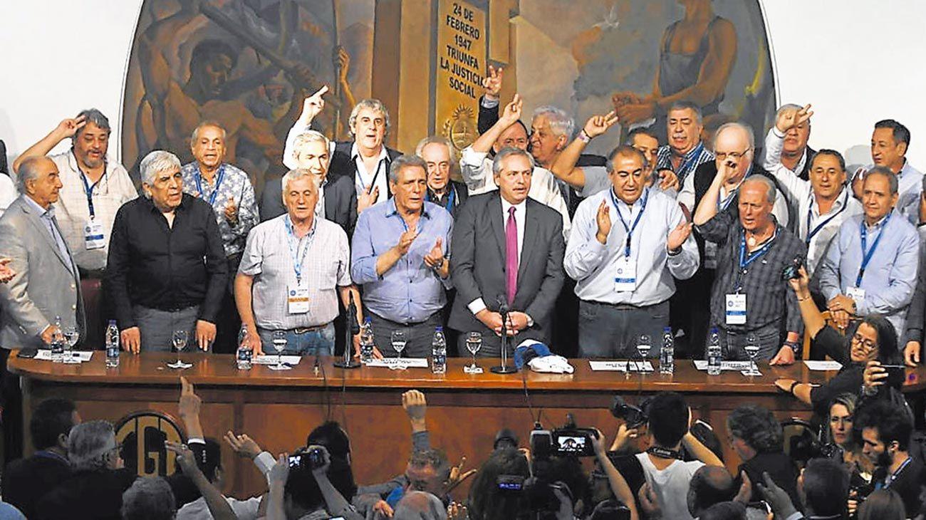 Todos unidos. El presidente electo recibió ayer una clara señal de la central obrera. En el estrado estuvieron varios sectores gremiales enfrentados en los últimos años, entre ellos, Hugo Moyano.