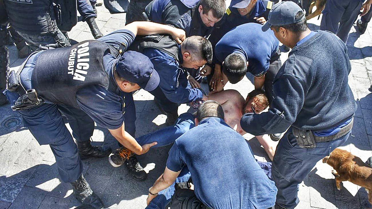 Conflicto. El jueves fue detenido el líder del principal gremio docente luego de protestas en Rawson.