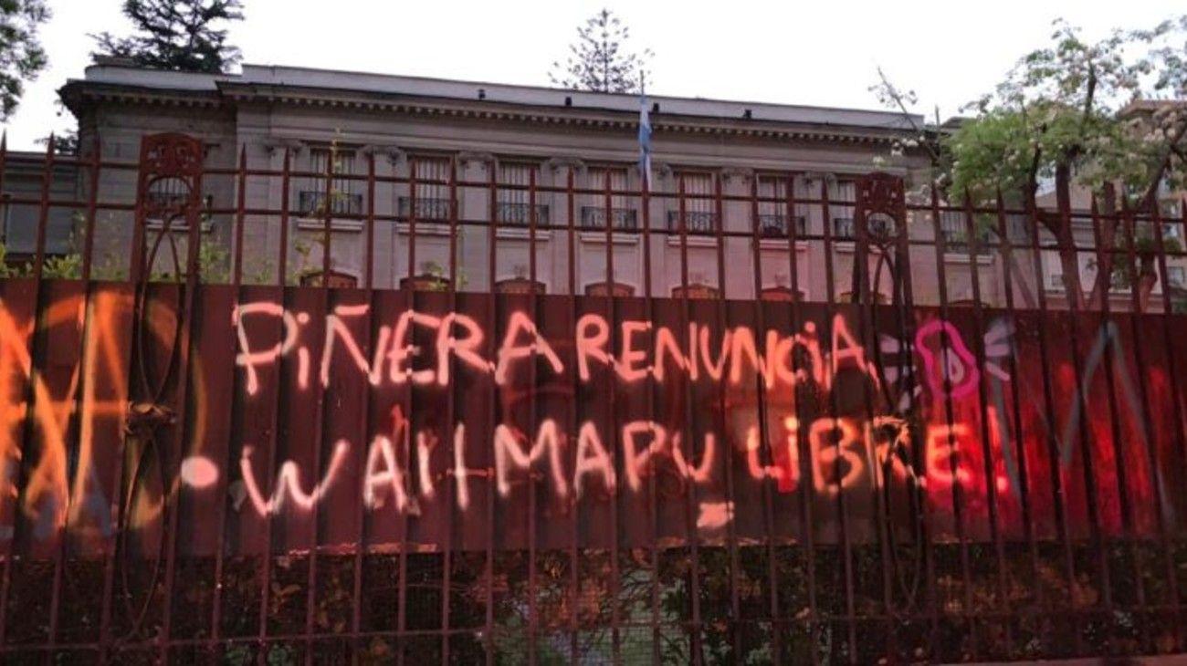 Cómo quedó la embajada de Argentina en Chile tras el ataque de manifestantes
