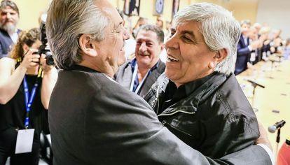 Abrazo. El presidente electo y Moyano compartieron chistes de Independiente y Argentinos Juniors.