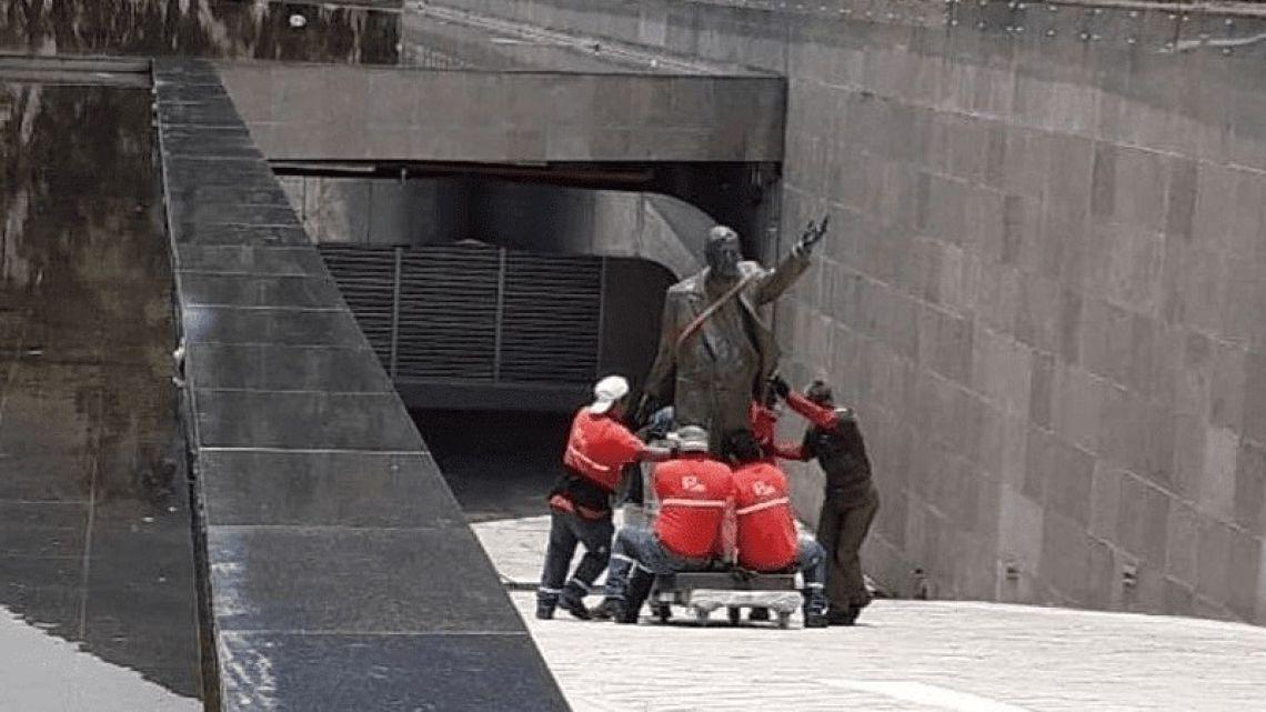 Estatua de Néstor Kirchner en Unasur. | Foto:Cedoc.