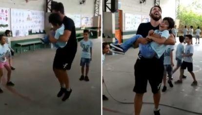El profesor de Educación Física, João Hoffmann, con su alumno Héctor en brazos.