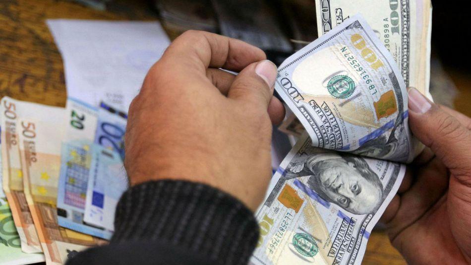El dólar blue cerró más cerca del oficial