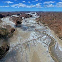 Cuando hay marea alta, la ría llega a tener tres metros de profundidad, pero cuando la marea es baja, puede no superar los 20 a 30 centímetros.