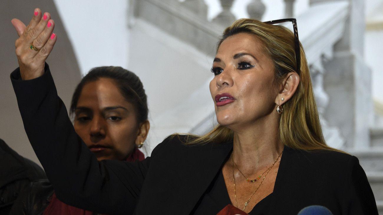 La senadora opositora Jeanine Áñez se autoproclamó presidenta de Bolivia
