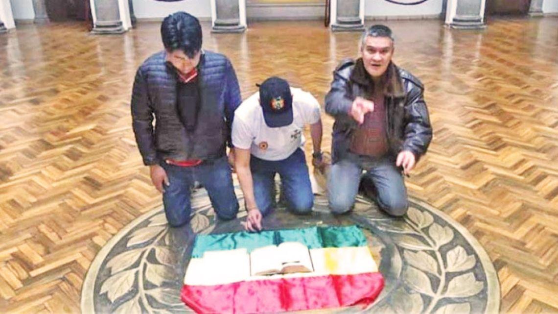 Luis Fernando Camacho colocó su escrito sobre una biblia y la bandera boliviana arrodillándose en el piso, en la Casa de Gobierno.  | Foto:Cedoc
