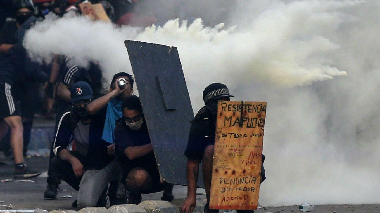 Crece la violencia en Chile: manifestantes y policía escalan en la batalla callejera