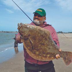 Diego Araujo fue el primero que tuvo suerte. Logró un lenguado que rondó los seis kilos y que arrastró hasta la playa.
