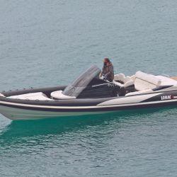 Adrenalina 10.0 con motor dentro fuera y eslora de 10 m, lo nuevo de LOMAC que atrajo muchas miradas en el agua.