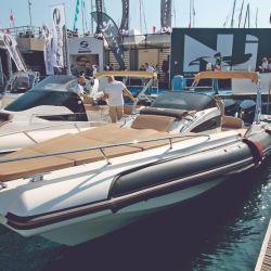 El astillero Italiano Invictus presentó la GT 280, un novedoso diseño de proa invertida que atrajo la atención de los visitantes.