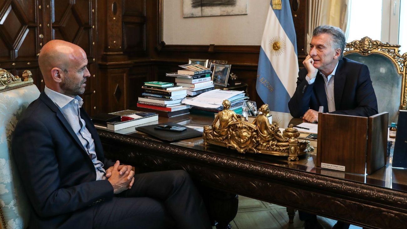 Mauricio Macri junto al ministro de Transporte, Guillermo Dietrich, en la Casa Rosada.