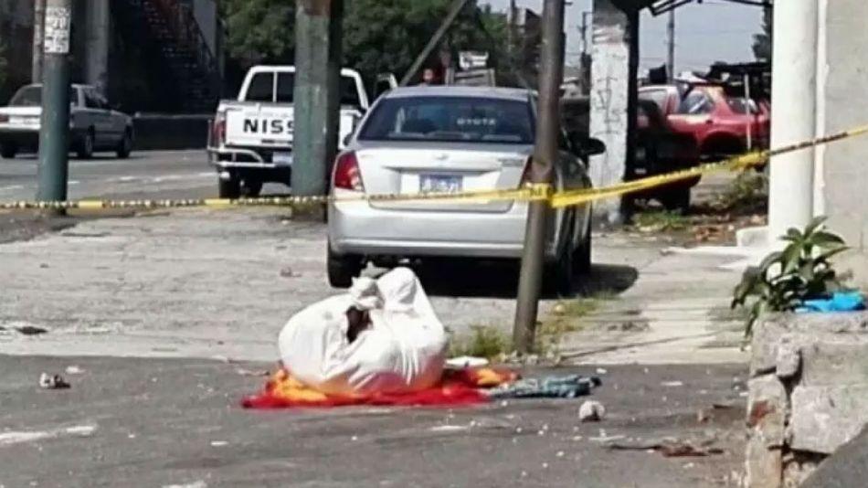 El cuerpo fue envuelto en una frazada y en sábanas rojas.