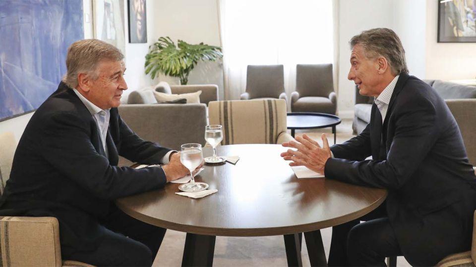 Mauricio Macri, con su ex ministro de Defensa Oscar Aguad en una foto en Olivos.