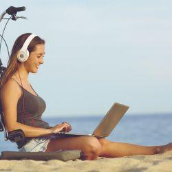 Smartphones, tablets o notebooks, desde cualquiera de estos dispositivos se preparan las vacaciones en el siglo XXI.