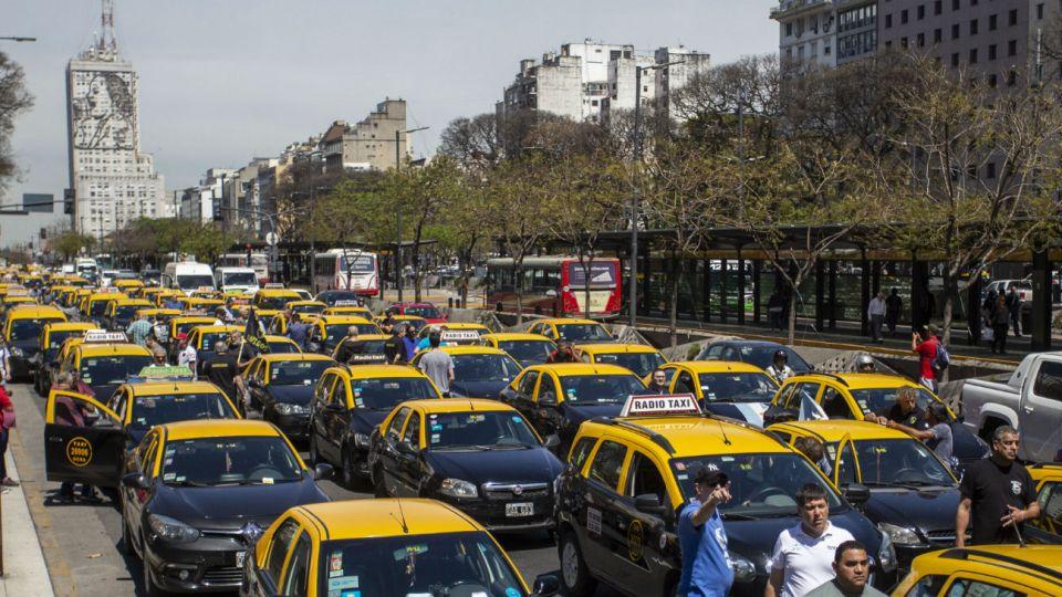 El sindicato de peones de taxis organizaron concentraciones en varias intersecciones de la Capital.