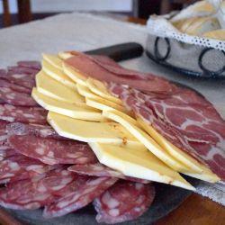 Desde el mediodía Colonia Caroya se llenará de stands al aire libre ofreciendo degustaciones de embutidos y otros productos típicos de la zona.