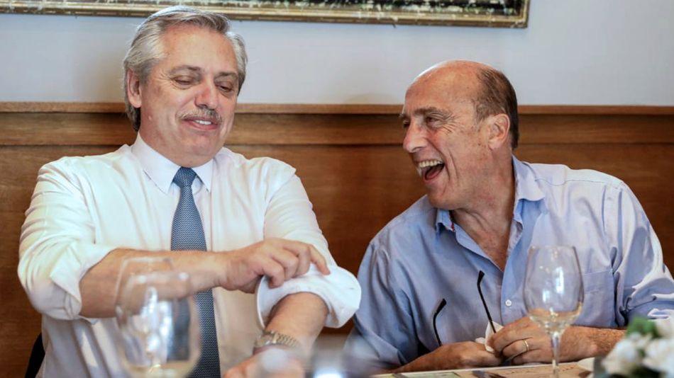 Alberto Fernández, distendido con Daniel Martínez en Montevideo.